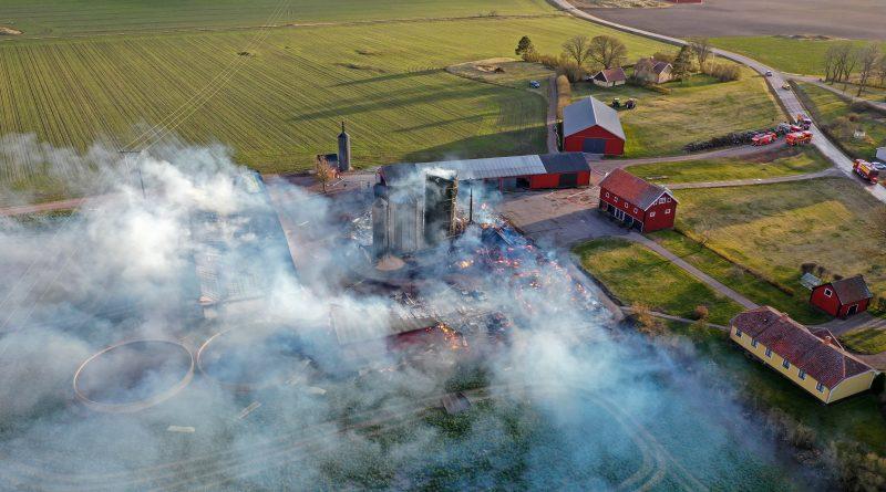VIDEO: Brand i ladugård utanför Skänninge