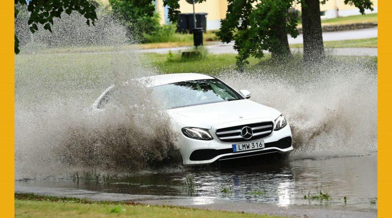 Väderbild: Bil i vattenmassor (juni)
